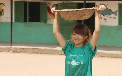 ガーナで建築活動に励む日本人ボランティア